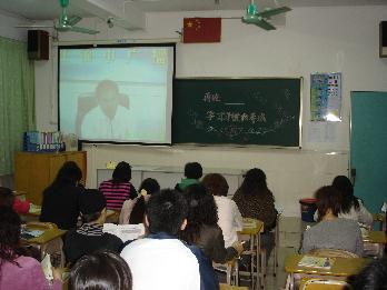 [图片2]家长会通过红领巾电视台向各班教室直播 摄影 黄立谨-新闻中心