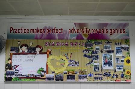 翠园中学用板报,橱窗展示军训成果