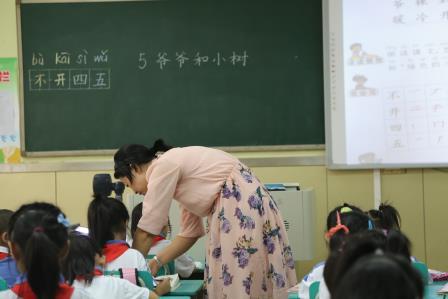 盛华老师执教的《爷爷和小树》重难点突出