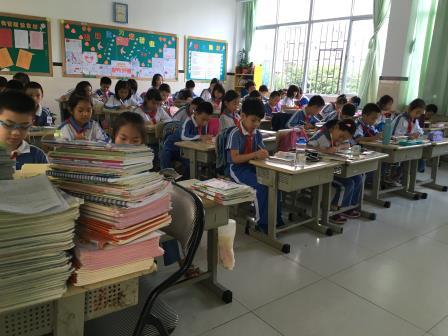 靖轩小学向塔吉克城乡寄宿制小学捐书献爱心